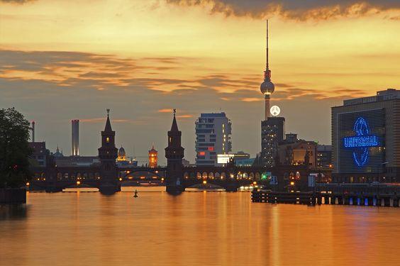 https://flic.kr/p/vouoX8 | Rosso a Berlino / Red Berlin (Oberbaumbrucke, Berlin, Germany) | Germania, Berlino, Oberbaumbrucke, Primavera 2015  Il Ponte Oberbaum (tedesco: Oberbaumbrücke) è un ponte a due piani che attraversa il fiume Sprea a Berlino ed è considerato uno dei punti più caratteristici della città. C'è un ponte qui dal 1732, in origine era di legno e poi venne modificato in quello attuale dopo il 1879. Esso collega Friedrichshain e Kreuzberg, quartieri una volta divisi dal Muro…