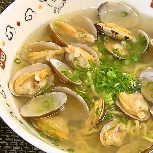 This shio (salt) ramen with clams is a speciality in Kisarazu city in Chiba prefecture! It's very easy to make, but also extremely delicious.