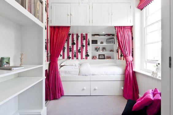 Einzelbett mit stauraum Einzelbett mit Stauraum in einer Nische mit Vorhängen platziert ...