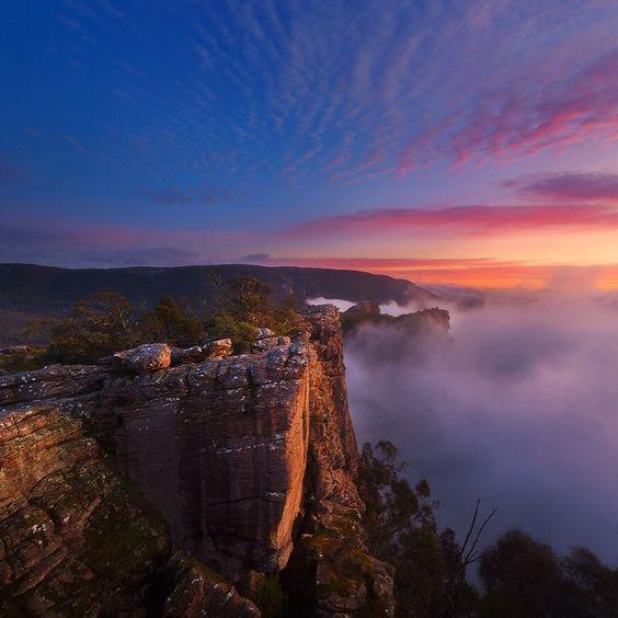 """""""Un amanecer ardiente visto desde el mirador de Pinnacle por encima de Halls Gap"""", Victoria, Australia"""