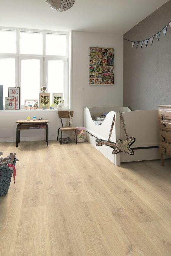 Moderne bodenbel ge kinderzimmer holzboden wei e w nde for Weisses kinderzimmer
