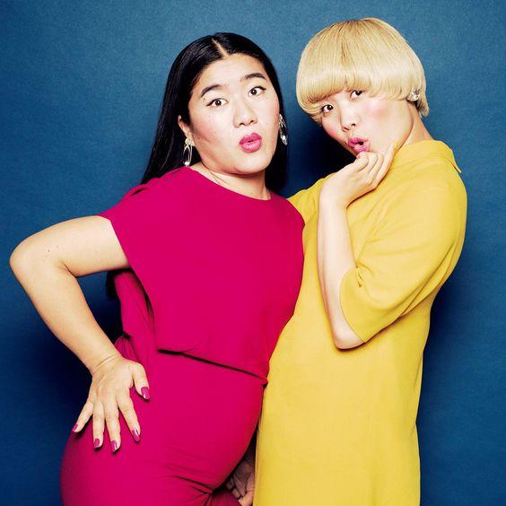 ショッキングピンクと黄色いドレスを着てポーズを決めている「ガンバレルーヤ」の壁紙・画像