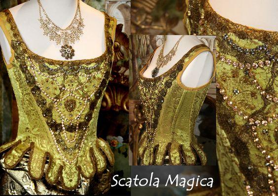 Corsetto 1700 in broccato di seta con passamanerie d'epoca ed applicazioni strass by Scatola Magica