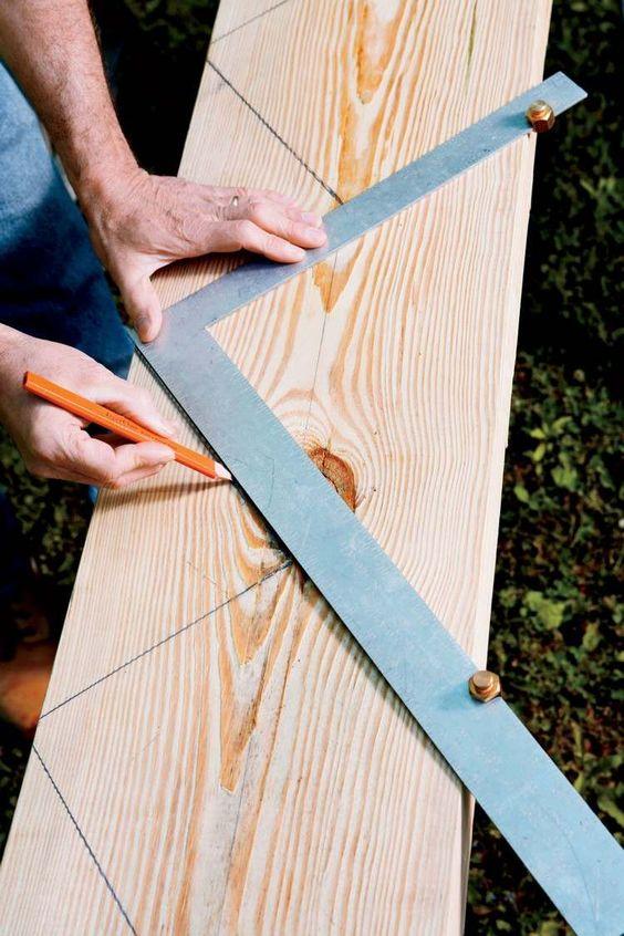 Treppenwangen Messungen mit Bleistift auf Holzbrett markieren