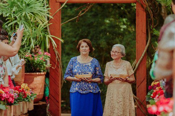 Depois de apresentarem os netos, avós levam as alianças para o casamento ao ar livre em Bonito (MS). #casamento #avós #wedding