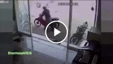 O ladrão não esperava que o dono da moto seria o Jackie Chan