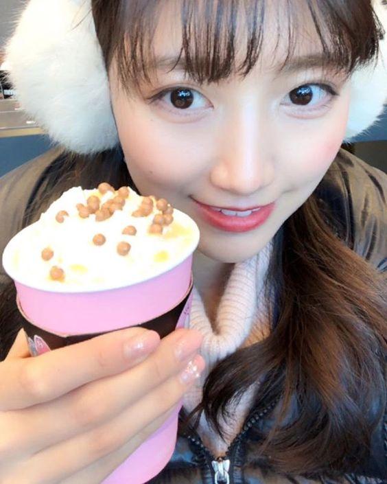 平昌オリンピックの取材でカフェに立ち寄る三田友梨佳アナの画像
