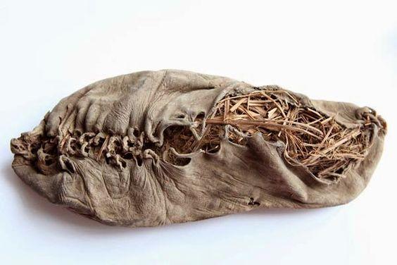 Calçado armênio - Cerca de cinco mil anos.  Considerado o calçado mais antigo do mundo (aproximadamente 5 mil anos). Produzido em couro e revestido com feno.