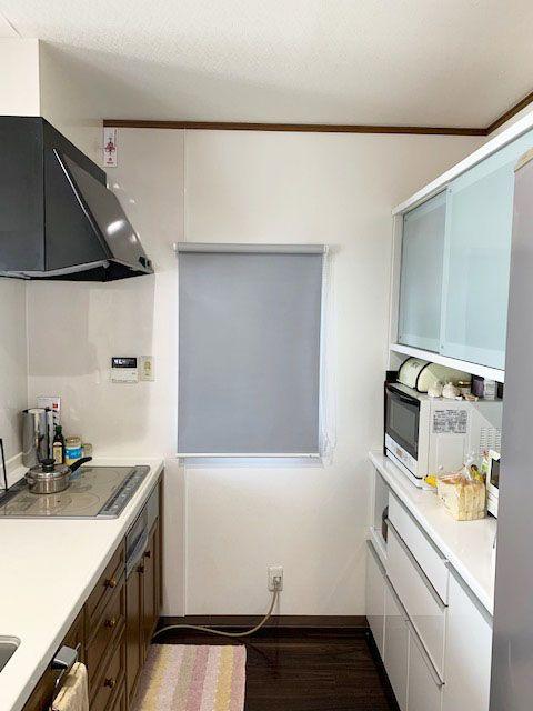 日差しがきついキッチンの小窓に遮光ロールスクリーン プレーンシェード 出窓のカーテン 出窓