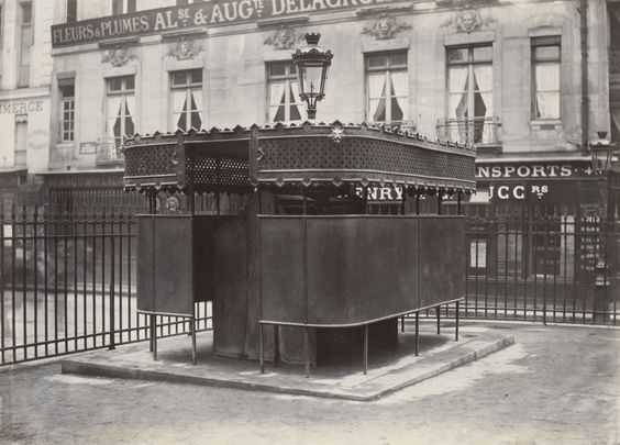 08-Charles_Marville,_Urinoir_enveloppé_à_6_stalles,_Jardin_de_la_Bourse,_ca._1865