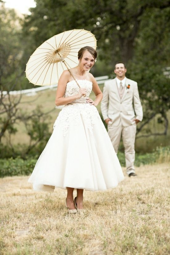 Cute parasol photo ideas for the bride and bridesmaids.
