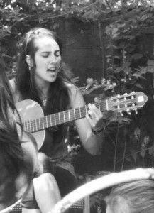 """Lua. Es una cantautora española anarquista y abiertamente feminista. Sus canciones abordan diferentes temas que ella acompaña con su guitarra, van desde  críticas al patriarcado, a los espacios de izquierda, al amor romántico. Sus composiciones han sido fuermente difundidas por sitios de internet y redes sociales.  Ante la pregunta de si se reconoce feminista, en el sitio El Hombre Percha, Lua contestó: """"Abiertamente, aunque esto conlleve las caras de sorpresa e indignación de algunxs. De…"""