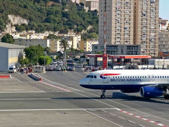 Onde carros e aviões trafegam pacificamente...