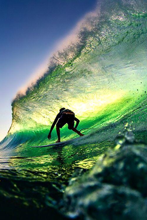 波に乗る姿がおしゃれでかっこいい壁紙