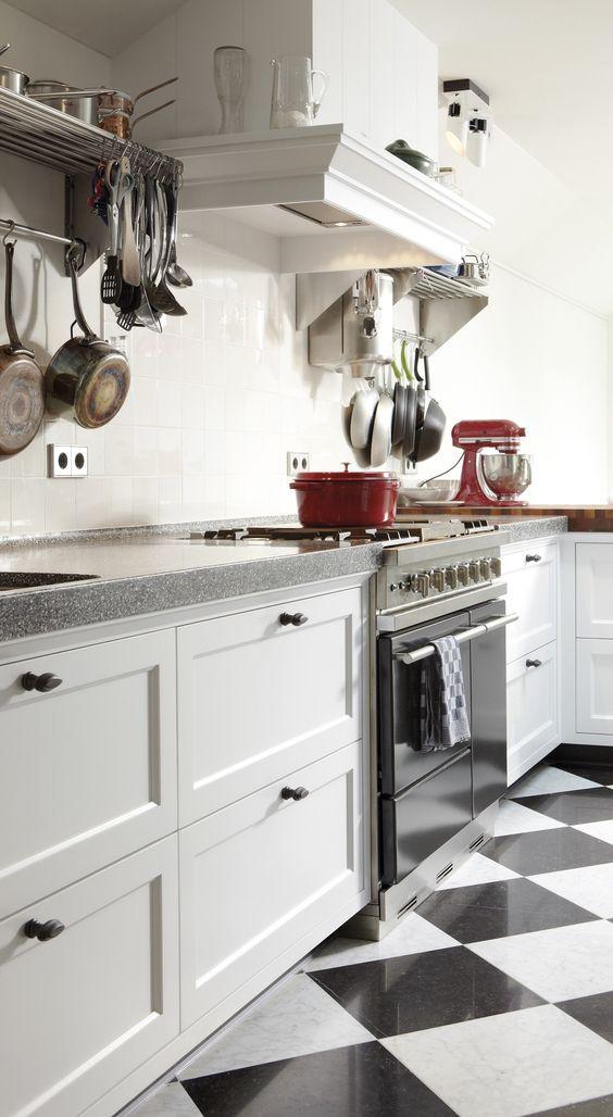 witte keuken- landelijk - zwart wit tegels - schouw keuken - blad ...