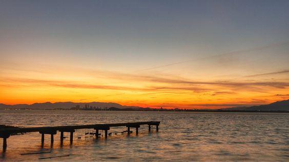 16  Nov. 6:28 夜が明け始めた博多湾です。 Morning at Hakata bay in Japan