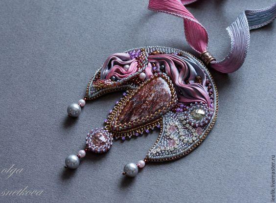 кулон-лунница с авантюрином и лентой шибори. Handmade.