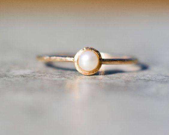 Zarte, künstlerische, super romantisch kleine Ring made in 14 Karat Gelbgold Gold mit natürlichen kultivierte Perle.  In den Rücken gehauen ich ein Herz -
