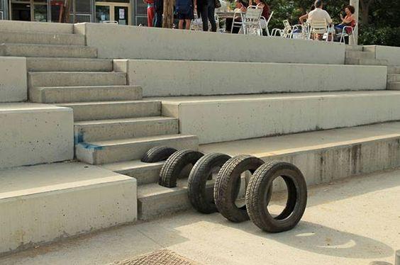 Artists' salvaged tire installations reactivate Barcelona's streets |||| Pneumàtic, la reutilización de neumáticos hecho arte, en #Barcelona