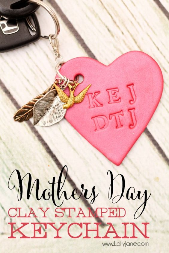 Simple Mothers Day clay initials keychain, fun for kids to help and Mom will love how personal it is! via lollyjane.com #sculpeyprojects