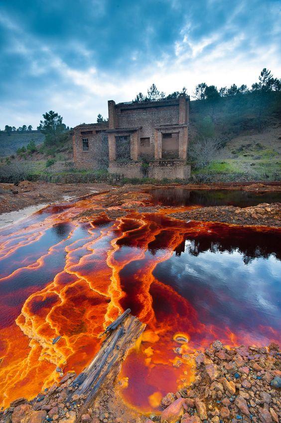 Los depósitos de hierro en el agua causan el color rojo - Río Tinto, Huelva (España)