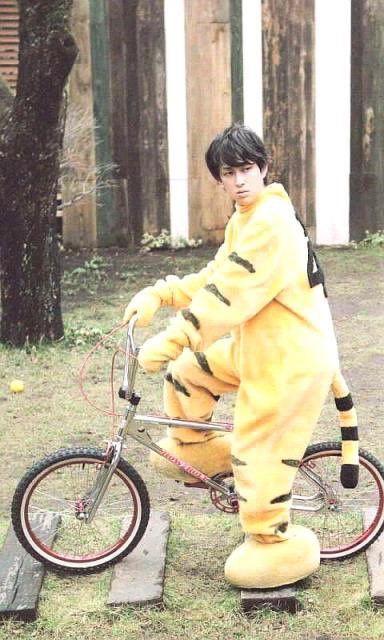 自転車に乗る横山裕
