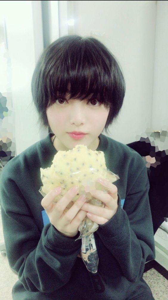 メロンパンを食べる平手友梨奈