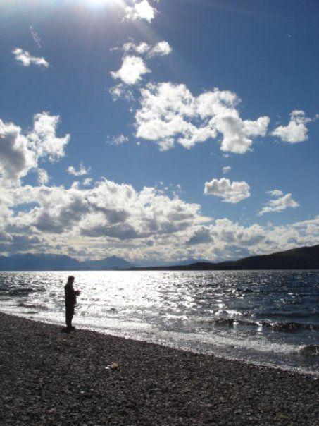 Papá pescando en el Lago Nahuel Huapi :)