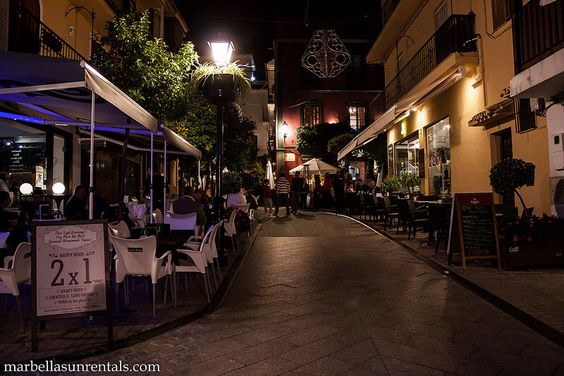 Calle Peral at night