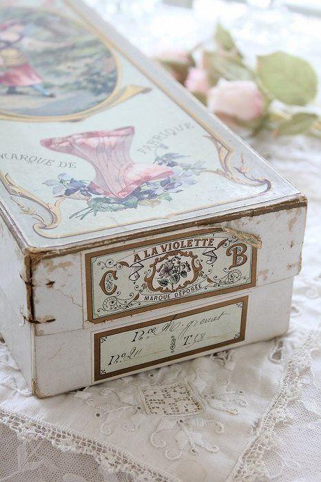「フランスアンティーク A LA VIOLETTE モード コルセットの古い紙箱」ココン・フワット Coconfouato [アンティーク&雑貨] イギリスアンティーク フランスアンティーク アンティーク インテリア 雑貨 収納 小物