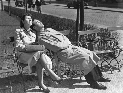 Ein Pärchen sonnt sich im Park, 1940 Timeline Classics/Timeline Images