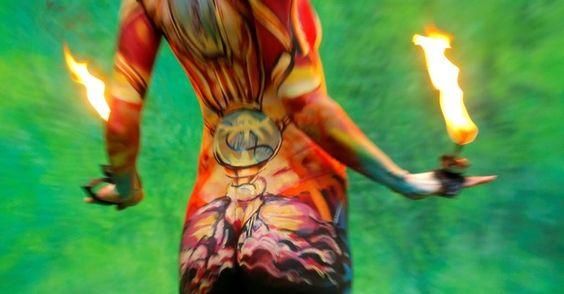 A pintura corporal é uma forma de expressão artística que remonta às tribos indígenas, que utilizavam carvão, terra e sangue animal para pintar seus corpos de modo que pudessem se identificar ou se camuflar. Acima, modelo mostra trabalho de pintura corporal em festival tailandês, realizado na ilha de Koh Samui, em março de 2011