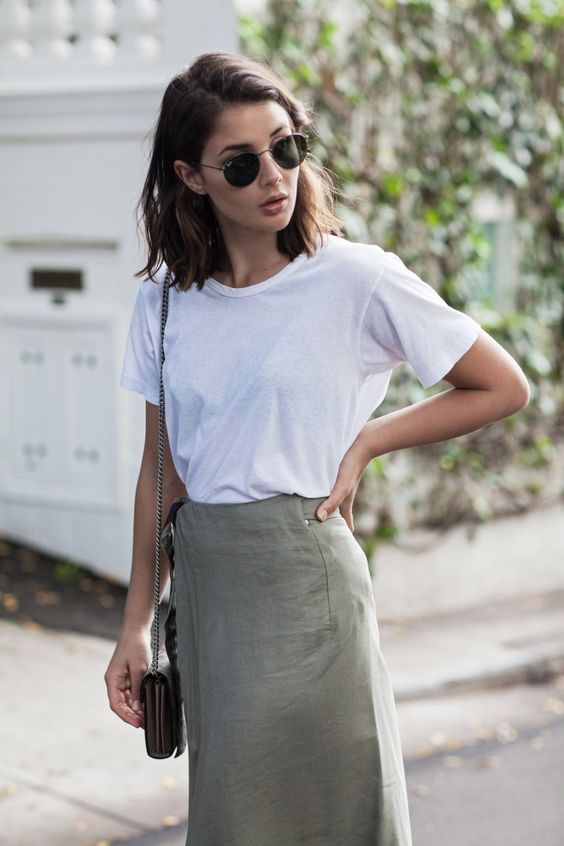 Khaki skirt and white t-shirt outfit: