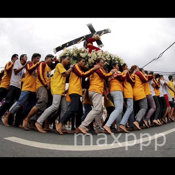 Filipino barefoot Catholics carry a replica of the Black Nazarene during a procession ahead of the Black Nazarene feast day celebrations in Manila, Philippines, 07 January 2016. EPA/FRANCIS R. MALASIG (MaxPPP #photo #photos #pic #pics #picture #pictures #snapshot #art #beautiful #instagood #picoftheday #photooftheday #color #all_shots #exposure #composition #focus #capture #moment #photojournalisme #photojournalism #reportage #maxppp
