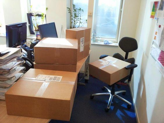 Werkplek door collega's volgezet met pakketten voor #nvmopenhuis.