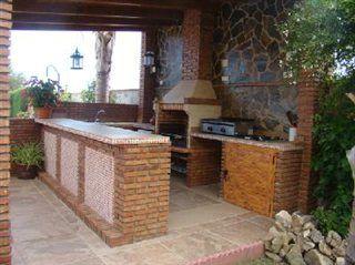 Cocina exterior con barra barbacoas cocinas y pergolas for Cocinas para patios