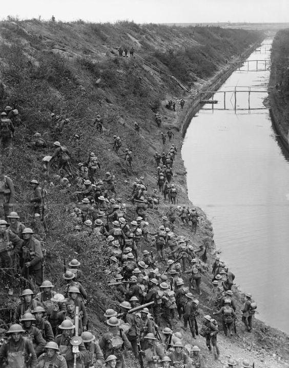 Troupes Britanniques traversant le canal de Saint-Quentin lors de la bataille qui porte le même nom.1918. WW1 < Aisne 14-18 < Picardy < France