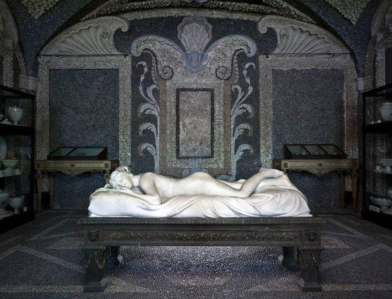"""""""Grotte"""" del Palazzo Borromeo sull'Isola Bella - Lago Maggiore. """"Caves"""" of Palazzo Borromeo on Isola Bella-Lago Maggiore. (Via Musei Italiani)"""