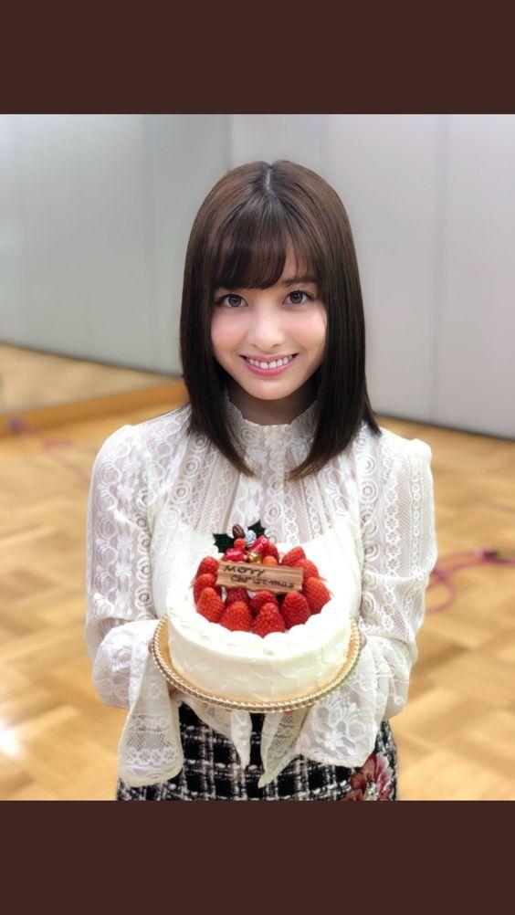 ケーキを持つ橋本環奈