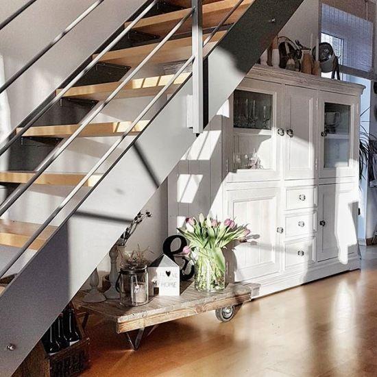 Biala Szafa I Oryginalne Dekoracje W Aranzacji Pod Schodami Lovingit Pl Home Interior Home Decor