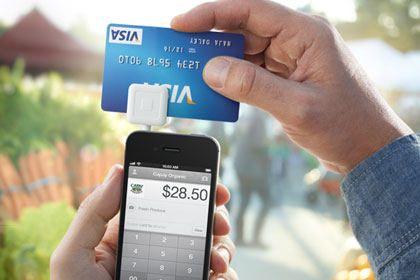 Square: Adapter fürs iPhone, durch den die Kreditkarte gezogen werden kann.