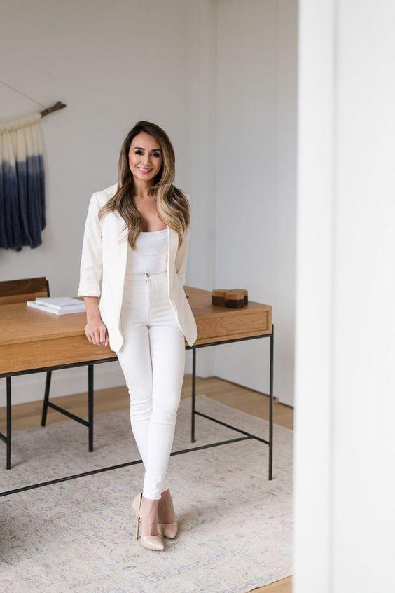 Mujer vestida de blanco en una oficina