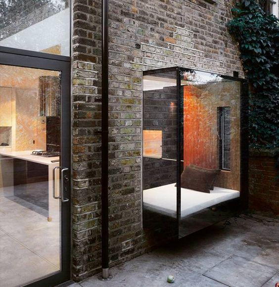 modernes Design - Backsteinwand, Erkerfenster mit Fenstersitz
