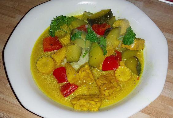 Veganes Curry mit Tofu, Paprika, Zucchini, Staudensellerie und Mini-Maiskölbchen