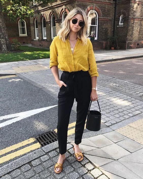 Como usar amarelo em diversos looks: guia completo. Camisa social amarela, calça de alfaiataria preta, rasteirinha de laço dourado
