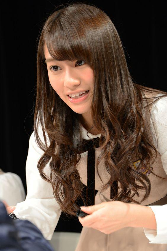 ファンに握手で応える桜井玲香のかわいい画像