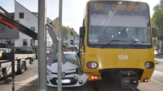 Stadtbahn-Unfall in Botnang. Autofahrerin verletzt. http://www.bild.de/regional/stuttgart/strassenbahn/unfall-stadtbahn-40924496.bild.html