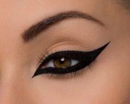 De Make Up For Ever Graphic Liner met schuim tip creëert snel een precieze lijn met de juiste hoeveelheid eyeliner. Dankzij zijn formule verrijkt met koolstof definieert het de ogen met een diepe zwarte afwerking die blijft zitten voor de 12-uur. http://www.emeral-beautylife.nl/cosmetica-2/feline-liner-de-dramatische-eyeliner-techniek/