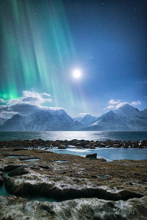 Klasse Bild der Lyngenalpen unweit von Tromsø. Nordlicht im Mondschein. (via 500px / by Tor-Ivar Næss)