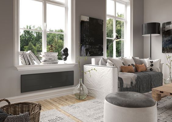 Radiateur électrique design bas gris  disposé desous une fenêtre du salon